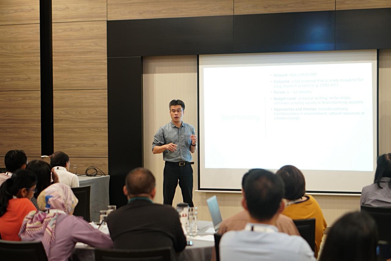 TS. Phạm Khánh Nam giới thiệu về các quỹ tài trợ dành cho các nhà nghiên cứu Kinh tế môi trường khu vực Đông Nam Á
