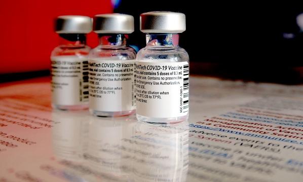 Việt Nam nên kết hợp tiêm vaccine miễn phí và dịch vụ